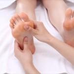 足のむくみを解消して予防するツボはコレ!仕事中や寝る前に!