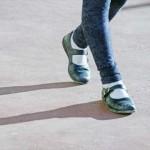 足が開く膝が痛くなるO脚を改善するのに重要な歩き方と姿勢!